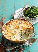 Thunfisch-Kartoffel-Auflauf mit Spinat, dazu grüner Salat