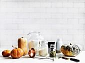 Stillleben mit verschiedenen Kürbissorten und Zutaten für Kürbisgerichte