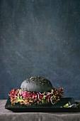 Schwarzer Veggie-Burger mit Roter Bete, Sprossen, Champignons und Blattsalat