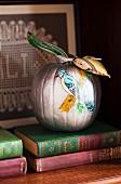 Bemalter Kürbis mit Vogelmotiv