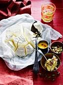 Shrikhand (indisches Joghurtdessert) mit Pistazien und Safransauce