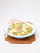 Bandnudeln mit Räucherlachs und Zucchini