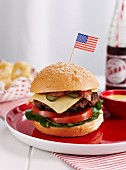 Beefburger mit Käse und USA-Flagge