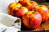 Frische Äpfel auf Holzuntergrund