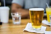 Ein Glas Bier im Kaffeehaus