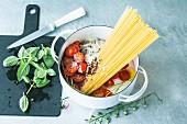 Spaghetti, Tomaten und Zwiebeln in einem Topf