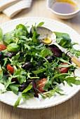 Rucolasalat mit Tomaten und Oliven