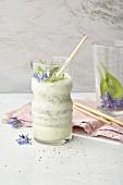 Gurkendrink mit Mandeldrink, Limone, Dill und Borretschblüten
