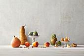 Obststillleben mit Birnen, Aprikosen, Pistazien, Feigen, Perlzwiebeln, Kaktusfeige und Physalis