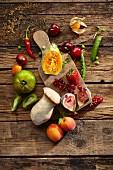 Stillleben mit Obst, Gemüse und Pilzen auf Holzuntergrund