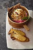 Rohe Kohlrabispaghetti mit Sojasprossen und Kräuterseitlingen in Sojasauce mit Sesamcrackern (Asien)