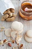 Erdnuss-Macarons und Erdnüsse