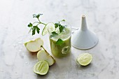 Cucumber and parsley smoothies with apple and lime