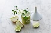 Gurken-Petersilien-Smoothie mit Apfel und Limette