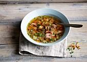 Roastbeef-Gemüse-Bouillon mit Schnittlauchröllchen