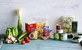 Verschiedene Lebensmittel und Gemüse, frisch, tiefgekühlt und Konserven