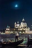 Gondelfahrt am Abend mit Mond, Kirche Santa Maria della Salute, Venedig, Italien
