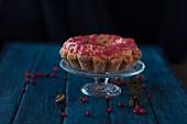 Glutenfreier Cranberrykuchen auf Kuchenständer