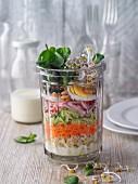 Geschichteter Brunnenkresse-Rohkost-Salat mit Zartweizen im Glas