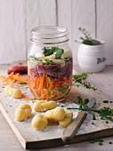 Gemüsesuppe mit Rinderfilet und Gnocchi im Glas