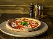 Pizza mit Tomaten, Käse und Basilikum