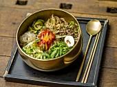 Bibimpap mit frischem Gemüse und Chilisauce (Korea)