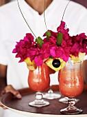 Eiskalte Drinks mit Bougainvillea-Deko
