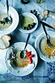 Leergegessene Teller mit Essensresten