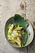 Romana-Kohlrabi-Salat mit Omelettschnecken und Agavensirup-Vinaigrette