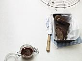 Deftiger Frühstückskuchen aus Leinsamen, Nüssen und Mohn (Paleo-Diät)