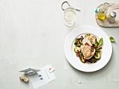 Mediterran gefüllte Hähnchenbrust auf Zucchinigemüse (Paleo-Diät)