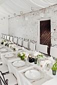 Hochzeitstafel in Weiss in ländlich-rustikalem Stil