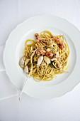 Bavette con calamaretti al profumo d'aglio e salvia (Nudeln mit Knoblauch-Tintenfisch und Salbei, Italien)