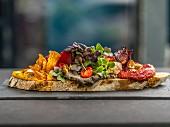Belegtes Brot mit Aufstrichen, Gemüsechips und Kresse