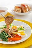Gemüse mit Ei, Kartoffeln, Möhren und Bohnen