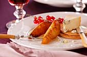 Gebratene Birne mit Blauschimmelkäse und Cracker