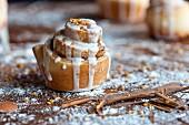 Cinnamon Roll: Zimtschnecke aus Hefeteig mit Zuckerguss (Nahaufnahme)