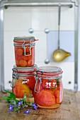 Eingelegte Tomaten in Gläsern in der Küche
