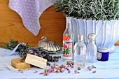 Duftseifen, Lavendelblüten, Rosenknospen und Rosenwasser
