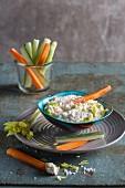 Veganer Cashew-Frischkäse mit Gemüsesticks