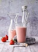 Erdbeer-Bananen-Smoothie mit Kokosmus, Pistazien und Yacon-Sirup