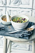Grünkohl-Kokos-Suppe mit Aprikosen & Erdnuss-Kokos-Sprinkle