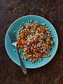 Riesencouscous-Salat mit Kürbis, Kichererbsen und Chiliflocken