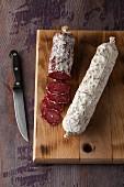 Luftgetrocknete Salami auf Holzschneidebrett