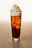 Kaffee mit Eis und Sahne