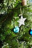 Weihnachtsbaum mit Kugeln und Sternanhänger (Close Up)