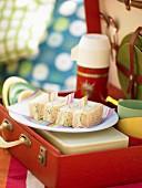 Sandwiches mit Krebsfleisch, Frischkäse und Gurken zum Picknick