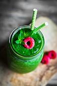 Grüner Smoothie mit Himbeere