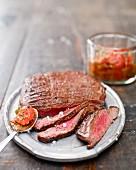Gegrilltes Flank Steak mit Kirschtomatensauce