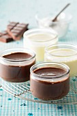 Vanilla pudding and chocolate pudding in jars